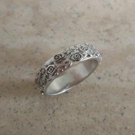Gepersonaliseerde ring met lievelingsbloemen van de klant in zilver
