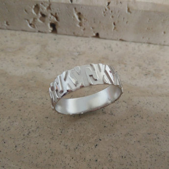 Gerpsonaliseerde heren ring in het zilver letters uitgespaard uit de massa - Dysi