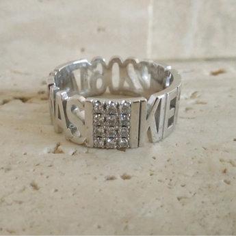 witgouden ring met diamanten met namen en datum in de band