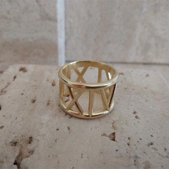 Gouden ring met een belangrijke datum voor klant