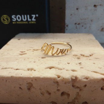 Naamring in geel goud model name in a wire